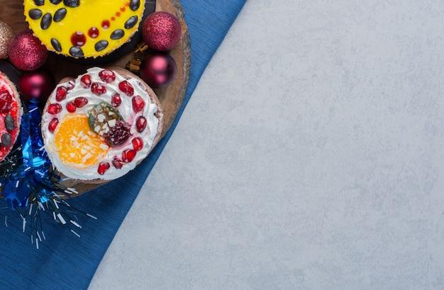 Un assortiment de petits gâteaux sur une planche de bois sur une surface en marbre