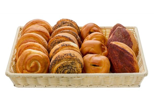 Assortiment de petits pains dans un panier de différentes variétés sur un fond blanc isolé.