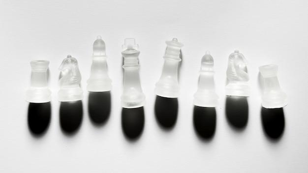 Assortiment de pièces d'échecs transparentes