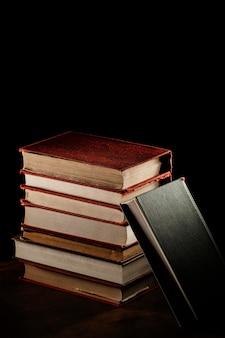 Assortiment de piles de livres à angle élevé