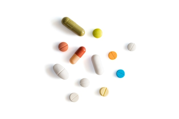 Assortiment de pilules, comprimés et capsules de médecine pharmaceutique sur fond isolé blanc