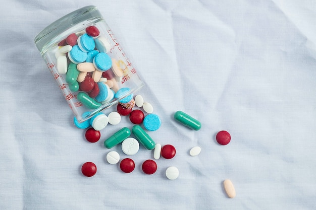 Assortiment de pilules, de comprimés et de capsules de médicaments pharmaceutiques et de bouteilles