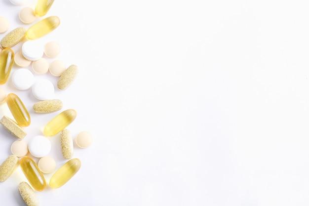 Assortiment de pilules, comprimés et gélules de médecine pharmaceutique sur fond blanc