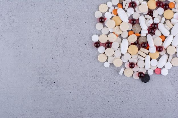 Assortiment de pilules, comprimés et gélules de médecine pharmaceutique. photo de haute qualité