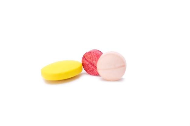 Assortiment de pilules, comprimés et gélules de médicaments pharmaceutiques.