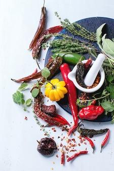 Assortiment de piments et herbes