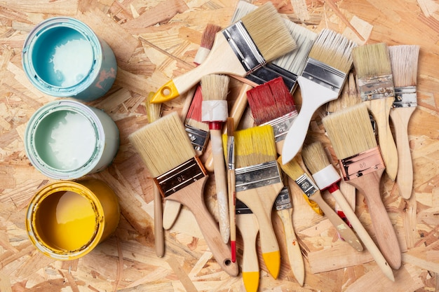 Assortiment de pinceaux et acrylique