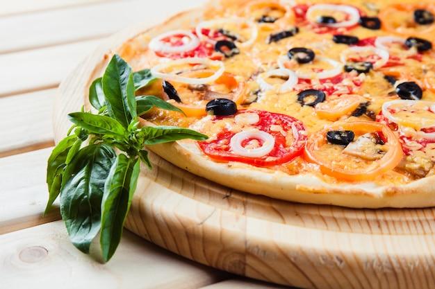 Assortiment de pizzas sur la table en bois
