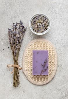 Assortiment de plantes et de propriétés sur une table