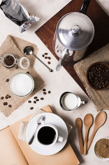 Assortiment plat de café avec moulin et lait