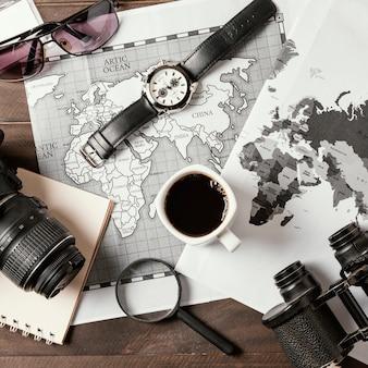 Assortiment plat de différents éléments de voyage