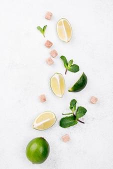 Assortiment plat de différents ingrédients sur fond blanc