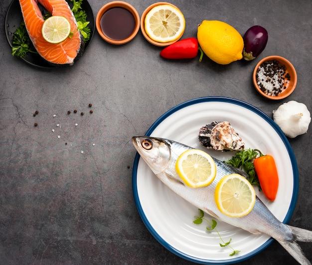 Assortiment à plat avec du saumon et un espace de copie