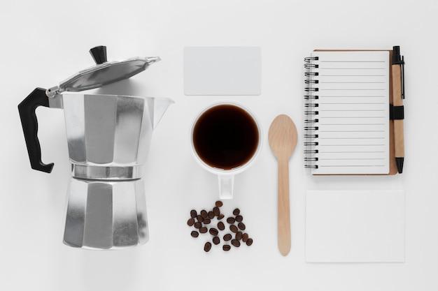 Assortiment plat d'éléments de marque de café
