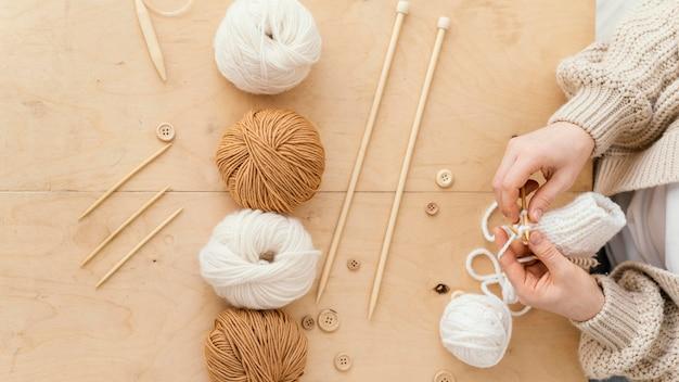 Assortiment à plat avec outils à tricoter