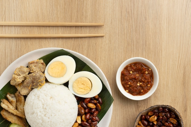 Assortiment plat traditionnel de repas nasi lemak