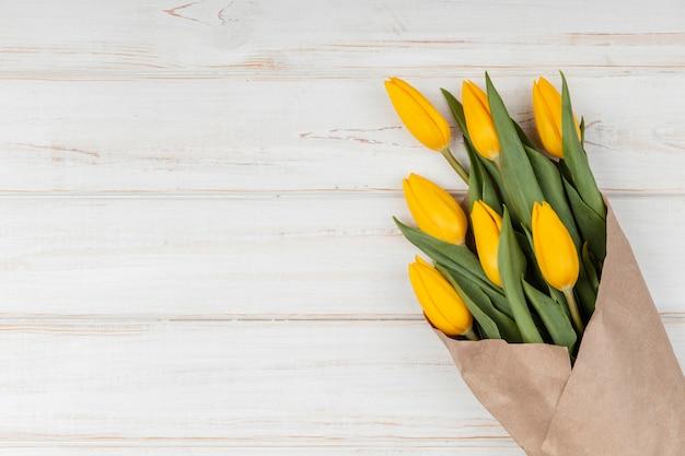 Assortiment plat de tulipes jaunes avec espace copie