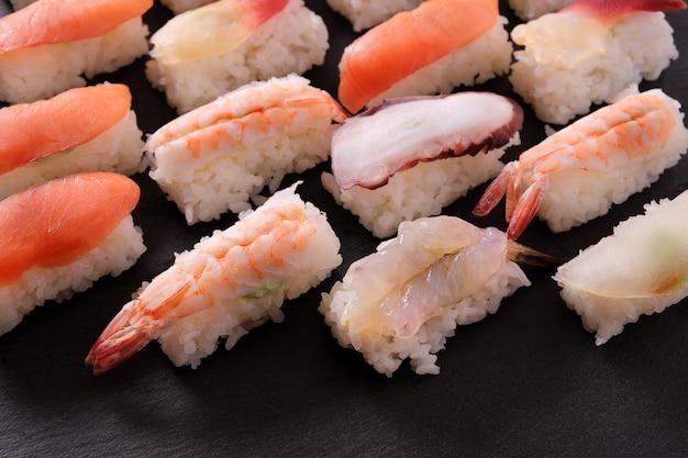 Assortiment de plateaux de sushis japonais