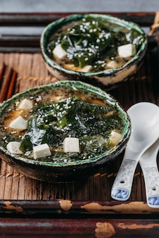 Assortiment de plats japonais à angle élevé dans des bols