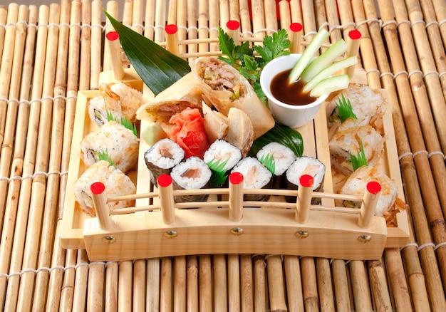 Assortiment de plats japonais de sushi. cuisine japonaise traditionnelle rouleau de poisson fumé