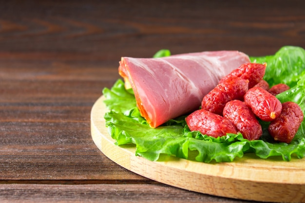 Assortiment de produits à base de viande comprenant du jambon et des saucisses
