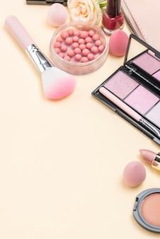 Assortiment de produits de beauté différents à angle élevé avec espace de copie