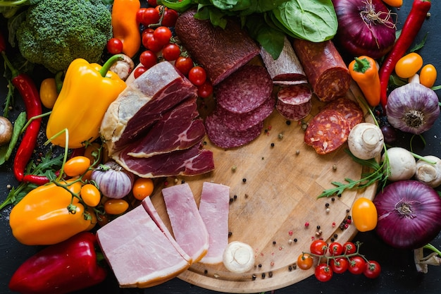 Assortiment de produits carnés et de légumes transformés. des plats délicieux pour préparer de délicieux repas sains