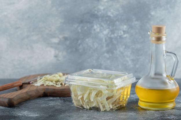 Assortiment de produits laitiers sur table en bois, fromages et huile. photo de haute qualité