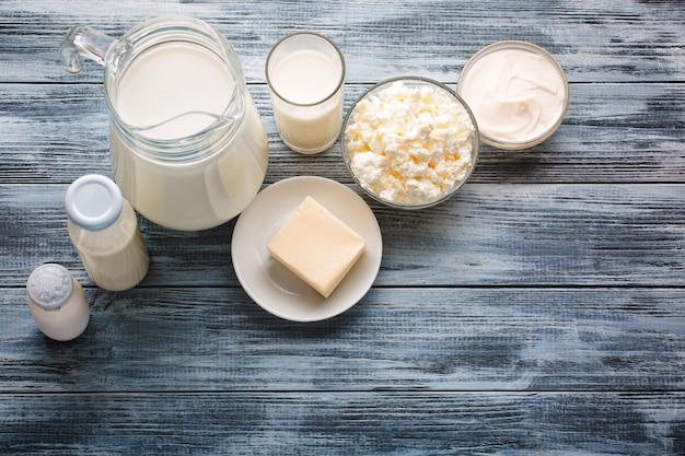 Assortiment de produits laitiers sur une table en bois rustique