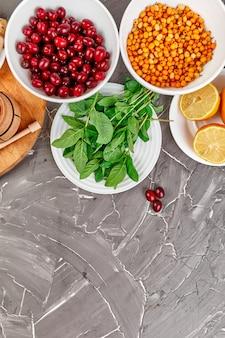 Assortiment de produits riches en antioxydants et sources de vitamines sur gris