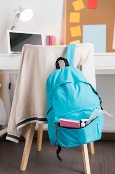 Assortiment de retour à l'école avec sac à dos bleu
