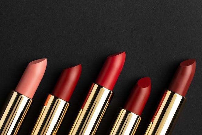 Assortiment de rouges à lèvres vue de dessus