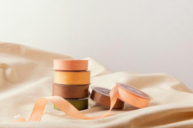 Assortiment avec rubans et tissu