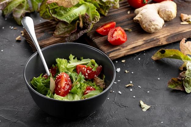 Assortiment de salades fraîches savoureuses à angle élevé