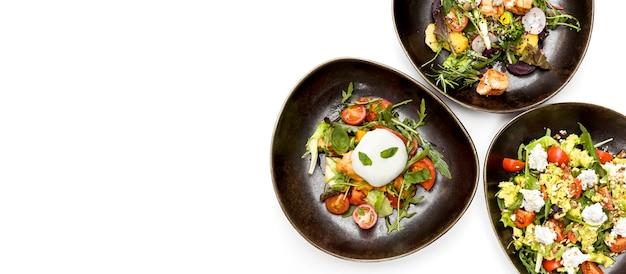 Assortiment de salades saines avec espace copie