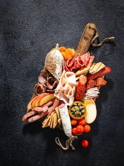 Assortiment de salami et de collations. saucisse fouet, saucisses, salami, paperoni