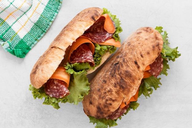 Assortiment de sandwichs frais sur fond blanc