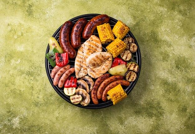 Assortiment de saucisses grillées, viande et légumes. concept de barbecue pique-nique