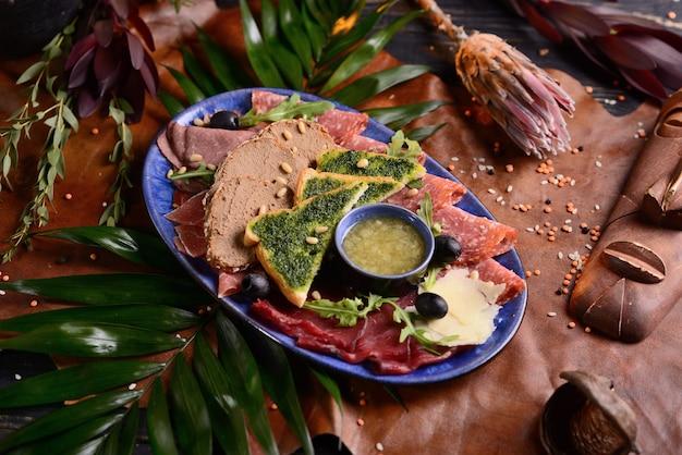 Assortiment de saucisses, jambon et fromage. avec tranches de pain et sauce