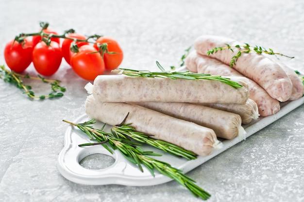 Assortiment de saucisses sur la planche à découper, porc, bœuf, poulet, dinde.