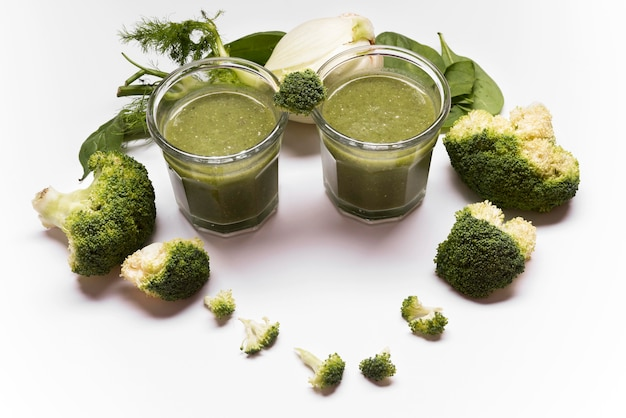 Assortiment de smoothies au brocoli à angle élevé