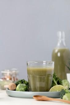 Assortiment de smoothies verts vue de face