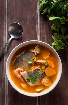 Assortiment de soupe de poisson de basse