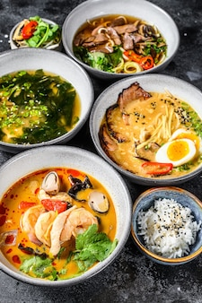Assortiment de soupes asiatiques traditionnelles miso ramen tom yam pho bo