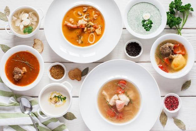 Assortiment de soupes chaudes à plat. vue de dessus sur la table du restaurant avec une variété de plats de jeûne chauds