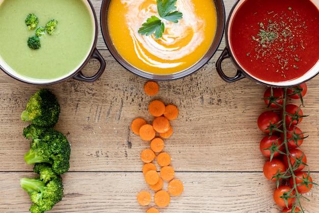Assortiment de soupes et ingrédients à la crème de légumes
