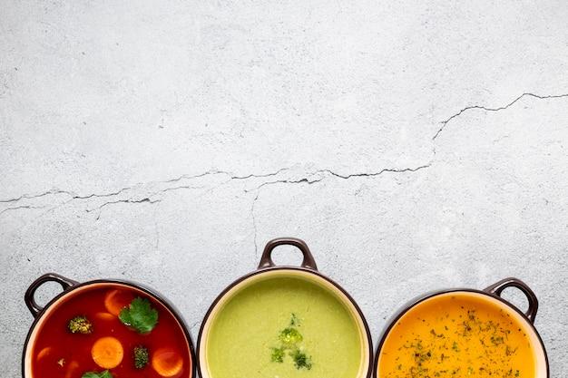 Assortiment de soupes végétariennes biologiques et espace de copie