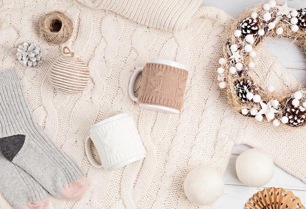 Assortiment de style scandinave, chaleureux et respectueux de l'environnement, ornements de noël faits à la main et cadeaux, mise à plat, vue de dessus avec espace copie