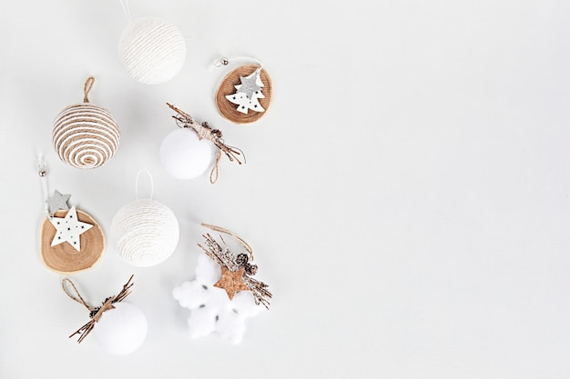 Assortiment de style scandinave, cosy, respectueux de l'environnement, ornements de noël faits à la main, mise à plat, vue de dessus avec espace copie