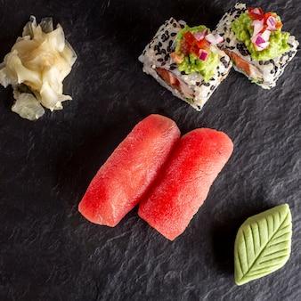 Assortiment de sushi sur assiette